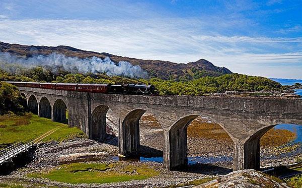 Được bình chọn là hành trình tàu hỏa thú vị nhất hành tinh bởi tạp chí Wanderlust, đường tàu West Highland Line nối hai cảng của Scotland là Mallaig và Oban