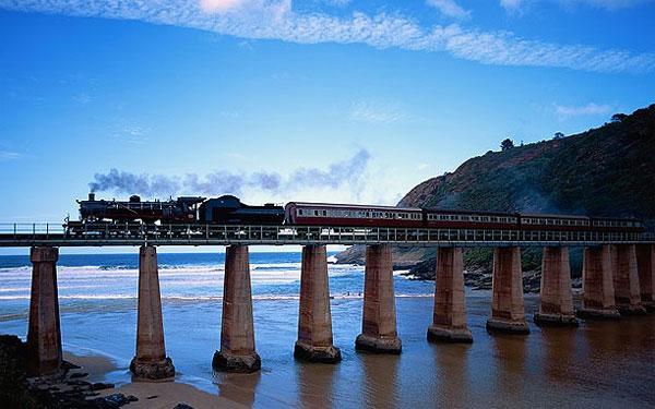 Khánh thành vào năm 1928, tuyến đường sắt Outeniqua Choo Tjoe nối các thị trấn của các tỉnh George và Knysna ở Western Cape của Nam Phi