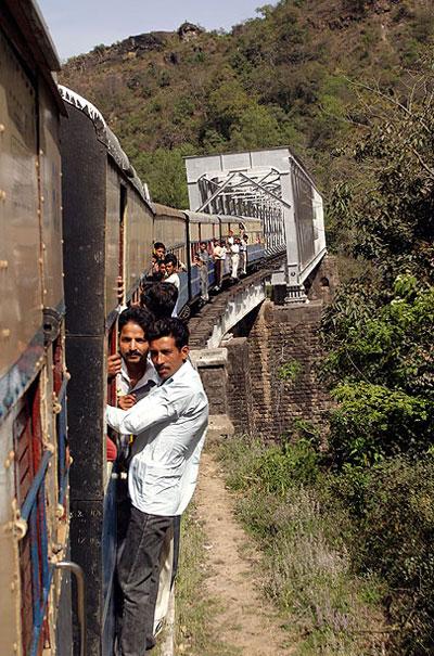 Theo thống kê, số tai nạn tàu hỏa ở Nam Á nhiều nhất thế giới, trong đó, Pakistan, Ấn Độ và Bangladesh có tình trạng quá tải thường xuyên và số tai nạn gây tử vong cao nhất.