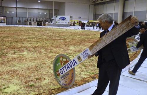 Chiếc bánh pizza Ottavia phá vỡ kỷ lục được lập ra trước đó. Ảnh: Solent News & Photo Agency
