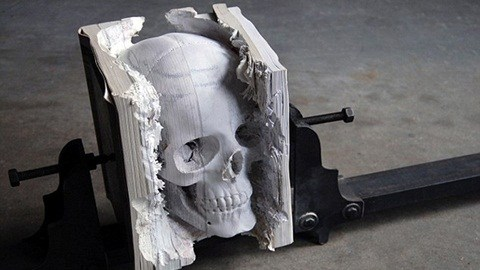 Đầu lâu điêu khắc từ sách ép chặt