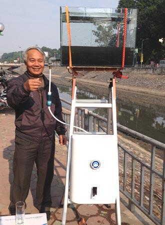 Tiến sĩ Trần Hồng Côn lọc nước sông Tô Lịch thành nước uống. Ảnh: Đ.L.