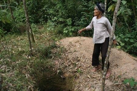 Cụ Biện bên hố đào đất ngói.