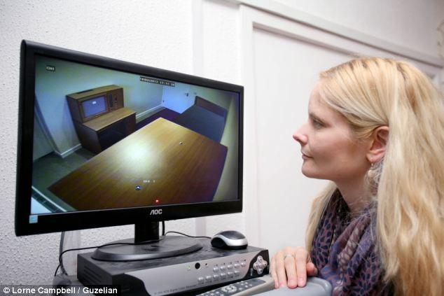 Mẹ cậu bé phải gắn camera theo dõi từng hành động của cậu bé trong phòng ngủ.