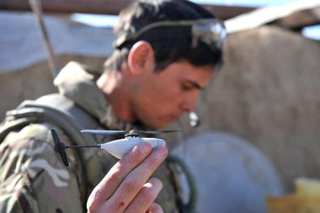 Trực thăng do thám Black Hornet Nano có thể cất cánh từ lòng bàn tay của binh lính. Ảnh: AP.