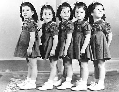 Các bé cũng là ca sinh năm duy nhất trên thế giới sống sót được đến thời điểm đó, trở thành sự kiện đặc biệt. Năm cô bé có tên Cecile, Emilie, Marie, Annette và Yvonne. Ảnh: mitziscollectibes.