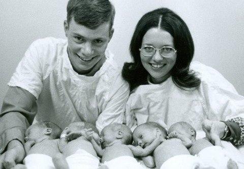 Tháng 7/1975, ca sinh năm Davis chào đời tại bệnh viện Parkland (Texas, Mỹ). Các bé ra đời khi mới được 32 tuần, là ca sinh 5 đầu tiên ở Bắc Mỹ mà tất cả các bé đều sống sót. Các em đều lớn lên khỏe mạnh và hiện là cha mẹ của 15 đứa con.