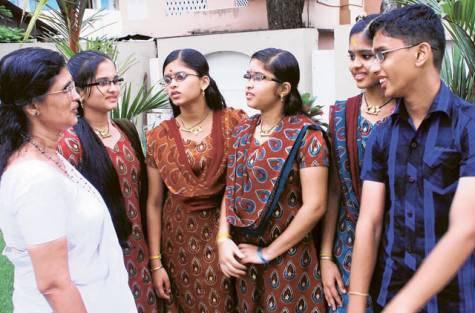 Cặp sinh 5 người Ấn Độ Uthara, Uthraja, Uthrajan, Utthara và Uthama ra đời năm 1995 đứng cùng mẹ (ngoài cùng bên trái). 7 năm sau khi các con chào đời, người cha tự sát vì quá khổ cực và thiếu thốn kinh tế. Người mẹ ở vậy nuôi con. Hiện các em đều học rất tốt. Ảnh: Gulfnews.