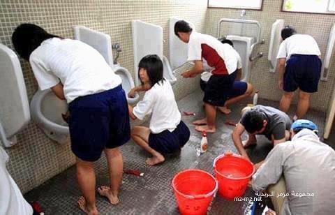 Trẻ em Nhật làm vệ sinh trường học của chúng mỗi ngày trong vòng 45 phút cùng giáo viên