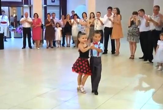 Màn nhảy tuyệt vời của hai vũ công nhí