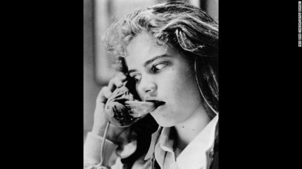 """Heather Langenkamp đang nghe thấy một giọng nói kinh hoàng trong """"A Nightmare On Elm Street"""" năm 1984. Ảnh cnn.com"""