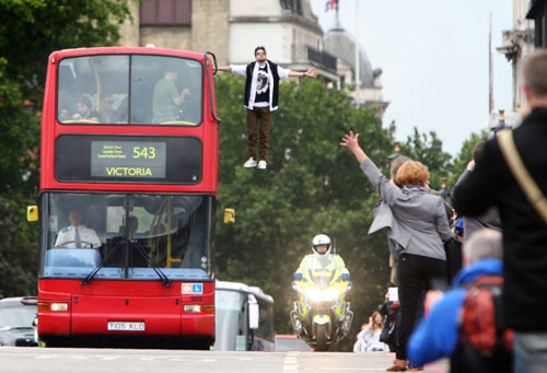 Shock với màn bay cùng xe buýt của ảo thuật gia Dynamo