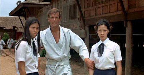 Nguyên Thu (phải) trong bộ phim 007 The Man with the Golden Gun (1974).