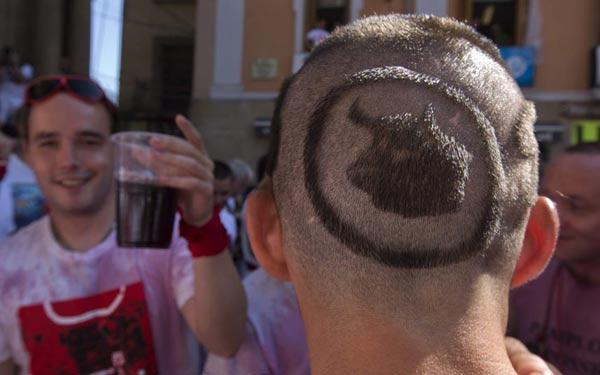 Một người cắt mái tóc hình đầu bò tót để hưởng ứng lễ hội.