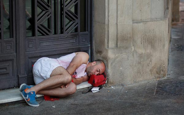 Ngủ say sưa ngay ở bậu cửa khi ngày đầu tiên của lễ hội kết thúc.