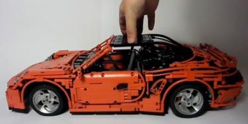 Chiếc ô tô đồ chơi được ghép từ 3.500 mảnh Lego