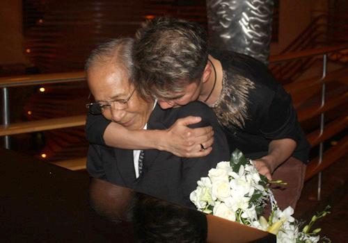 Đàm Vĩnh Hưng ôm chầm nhạc sĩ Nguyễn Ánh 9 và khóc trên vai ông khi vừa đến nơi.