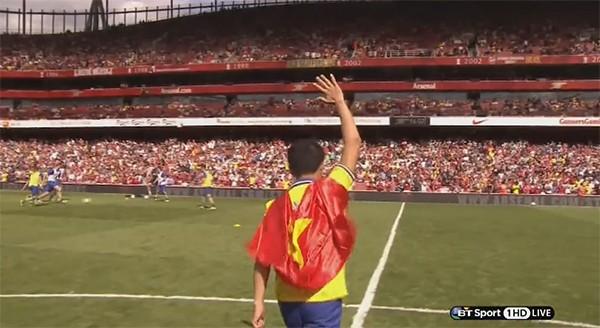 """Video """"Running Man"""" Vũ Xuân Tiến khoác lá cờ Việt Nam khi  ra mắt CĐV Arsenal"""