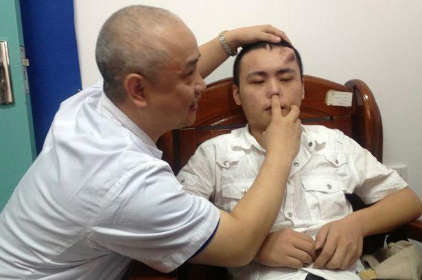 Bác sĩ đang kiểm tra mũi cho Xiaolian