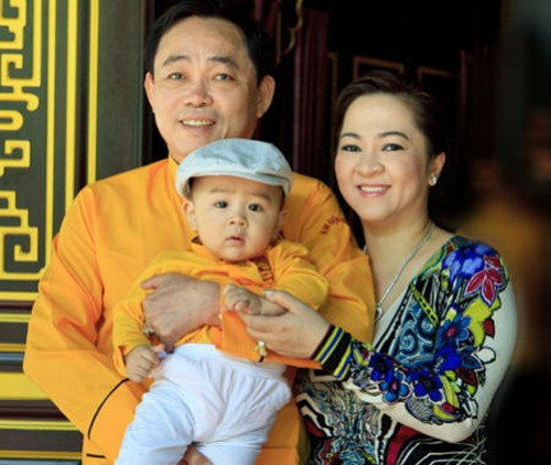 Ông Huỳnh Uy Dũng và vợ bên cậu con trai 1 tuổi Huỳnh Hằng Hữu.