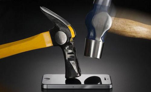Miếng dán siêu bền giúp iPhone an toàn khi bị búa đập