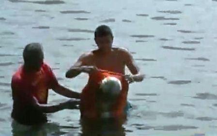 [Video] Bị trói toàn thân vẫn bơi được hơn 2 km