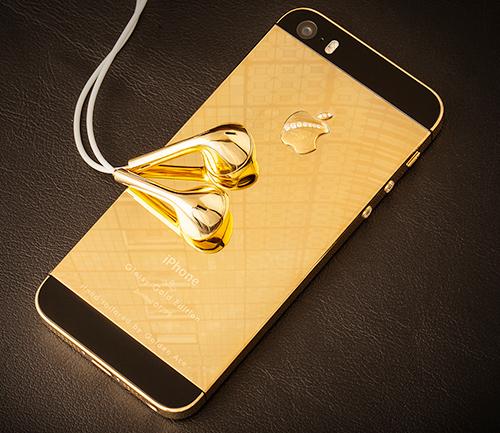 Phía sau máy được mạ vàng bóng loáng, tai nghe đi kèm cũng được mạ vàng phần củ tai.