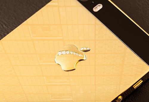 Logo của Apple được làm nổi lên và đính kim cương.