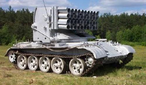 Liên Xô còn sử dụng thân xe tăng chủ lực T-62 để phát triển loại xe cứu hỏa Impuls-1 với 50 ống phóng