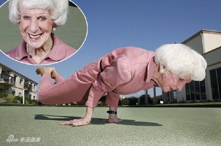 Betty Kalman 83 tuổi là một hướng dẫn viên yoga nhiều tuổi nhất thế giới.