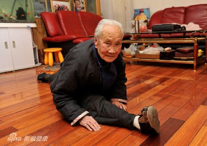 Cụ Guo Zhi đã 93 tuổi vẫn có thể xoạc hai chân trên một đường thẳng như thế này nhờ chăm tập thế dục và ăn ngũ cốc.