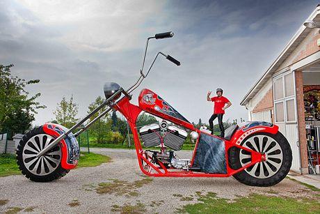Fabio Reggiani, ở Reggio Emilia, Italia, đã chế tạo chiếc xe máy cao nhất có thể đi được. Xe cao 5,1 m, dài 10 m và nặng gần 5 tấn.