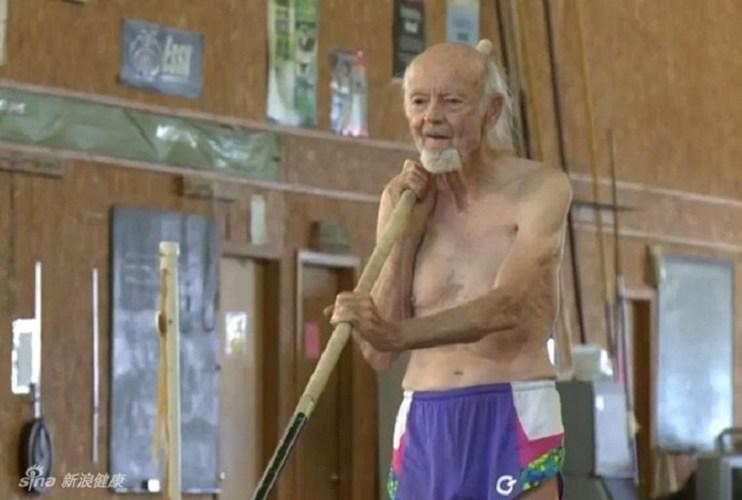 Cụ William Bell 90 tuổi đã phá kỉ lục nhảy cao ở độ tuổi của mình với thành quả là vuợt qua mức xà trên 2 mét 18