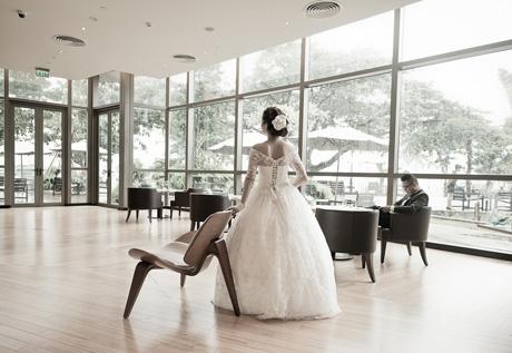 Cặp đôi cô dâu chú rể có bộ thiệp cưới ấn tượng này