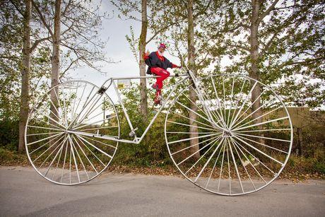 Chiếc xe đạp cao nhất có thể đi được do ông Didi Senft ở Đức thiết kế. Xe có đường kính bánh là 3m.