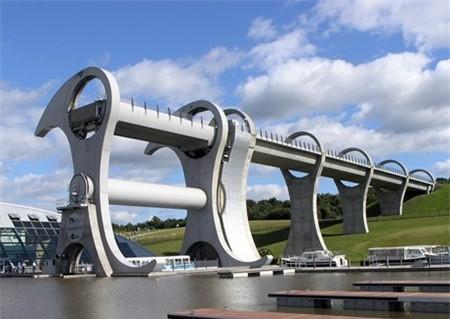 Thực sự nó như một chiếc thang máy nối hai kênh đào