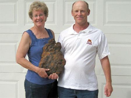 Vợ chồng ông Bruce và mẫu thiên thạch khổng lồ