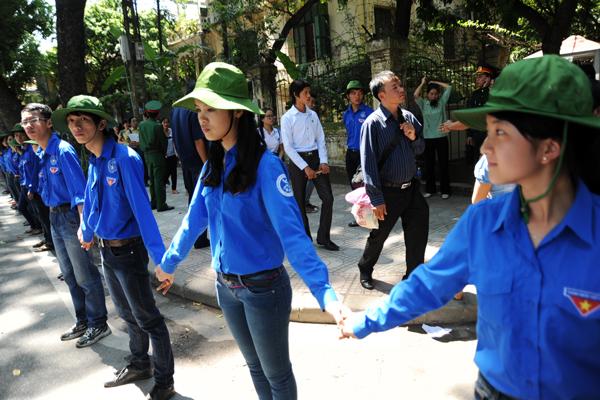 Suốt 3 ngày qua, hàng trăm thanh niên tình nguyện đã tham gia giữ trật tự, giúp đỡ người dân tại các buổi viếng Tướng Giáp ở khu vực Hoàng Diệu - Điện Biên Phủ (Hà Nội). Họ tạo thành các hàng rào để phân luồng giao thông...