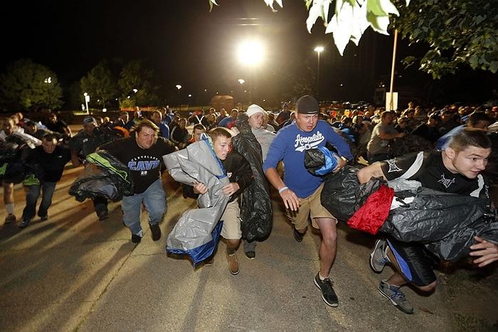 Các fan hâm mộ bóng rổ đua nhau tìm chỗ cắm trại, chờ xem trận đấu ở Lexington, Kentucky, Mỹ