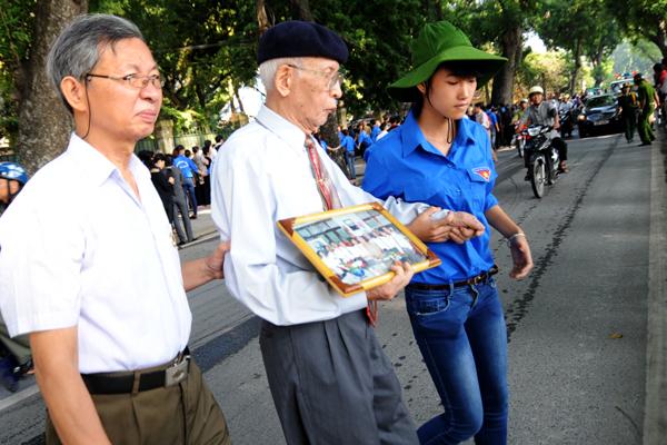 ... giúp những người cao tuổi qua đường, vào cổng ưu tiên để thuận tiện cho việc vào viếng Đại tướng.