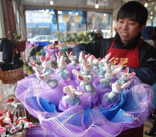 Bó hoa độc đáo này được kết từ những chú thỏ búp bê xinh xắn ở một cửa hàng tại tỉnh Giang Tô, Trung Quốc.