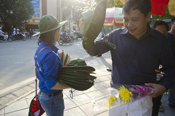 Các tình nguyện viên còn đại diện cho các nhà hảo tâm mang quạt và mũ phát miễn phí cho những người đang đứng trong hàng để tránh cái nắng nóng gay gắt ở Hà Nội vào buổi trưa và