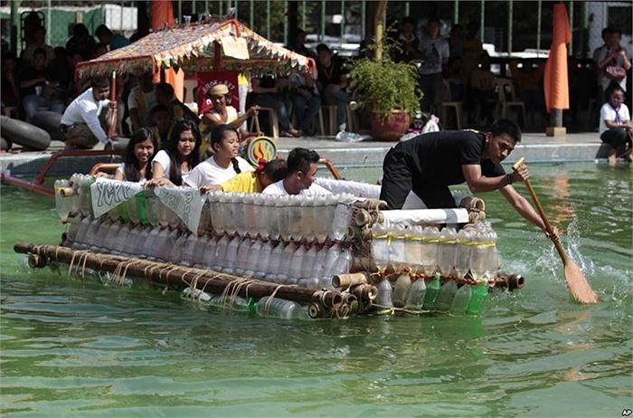 Chiếc thuyền làm bằng chai nhựa và những vật liệu tái chế khác
