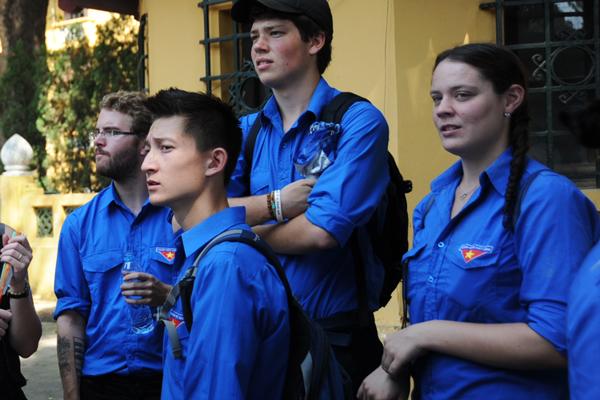 Rất nhiều những bóng áo xanh tình nguyện là người nước ngoài hôm qua đã có mặt ở lễ viếng Đại tướng.