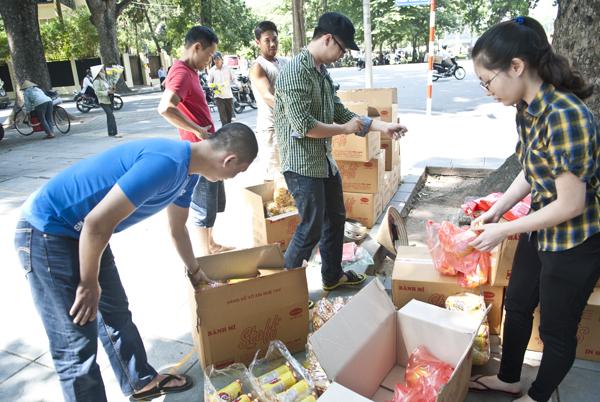 Bà Bùi Thị Trọng, tổ trưởng tổ dân phố 32 phường Hàng Bài cùng các con và cháu đã góp tiền mua hàng chục thùng bánh mì, nước lọc mang đến gửi tận tay những người dân xếp hàng vào viếng Đại Tướng