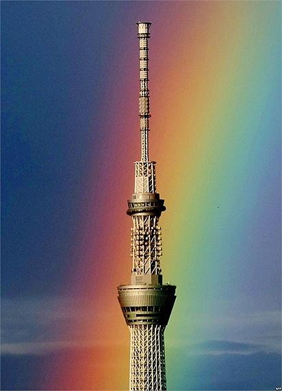Cầu vồng lớn đằng sau tháp phát thanh cao nhất thế giới