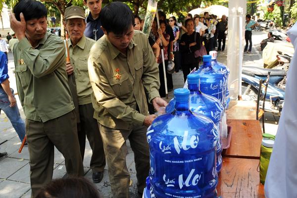 Dù vậy, cô Thu không ngại, thậm chí còn chuẩn bị các bình nước và hàng trăm chiếc bánh mỳ mỗi ngày phục vụ nhân dân miễn phí.