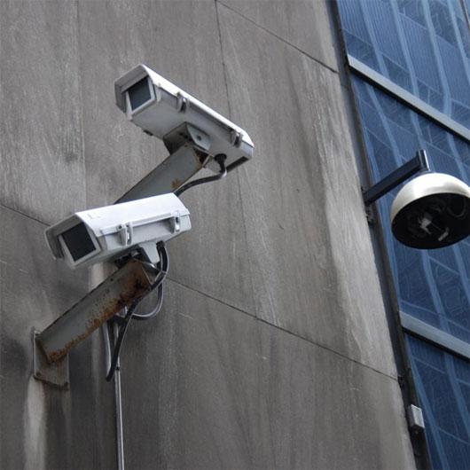 Máy quay video độc đáo ngay lập tức nhận biết người cần tìm trong cơ sở dữ liệu và phát đi tín hiệu.