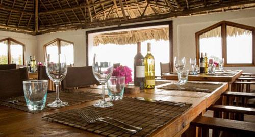 Nhà hàng trên đá độc đáo giữa biển ở châu Phi