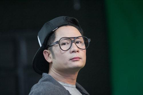 Nam ca sĩ rất thích thú khi được chuyên gia trang điểm Hoàn Khang biến hóa thành 2 con người khác hẳn.